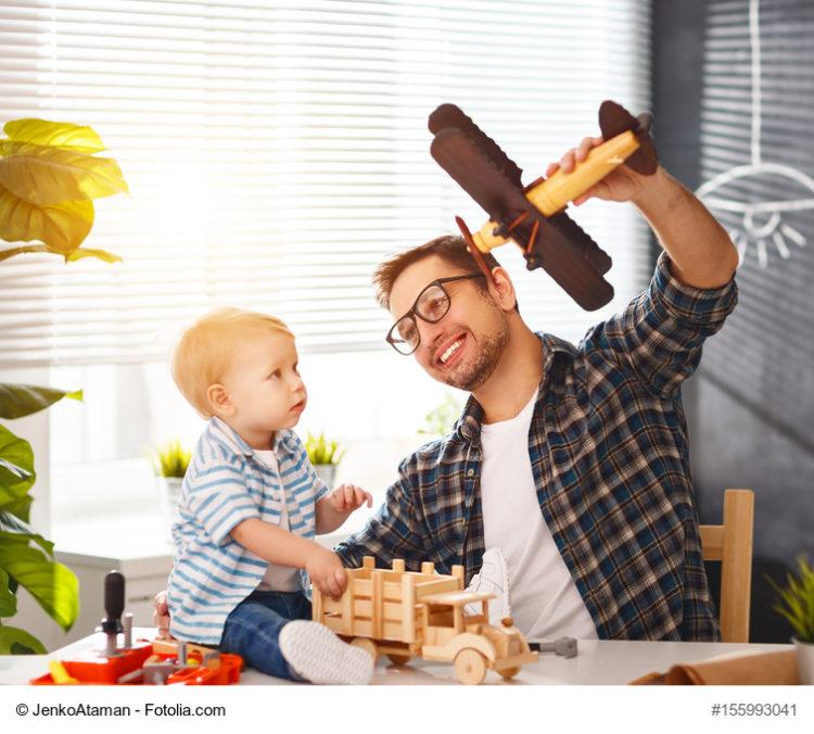 Vater spielt mit Sohn. Der Fortschrittsindex 2017 zeigt: Jeder dritte Vater nimmt mittlerweile Elterngeldmonate in Anspruch.
