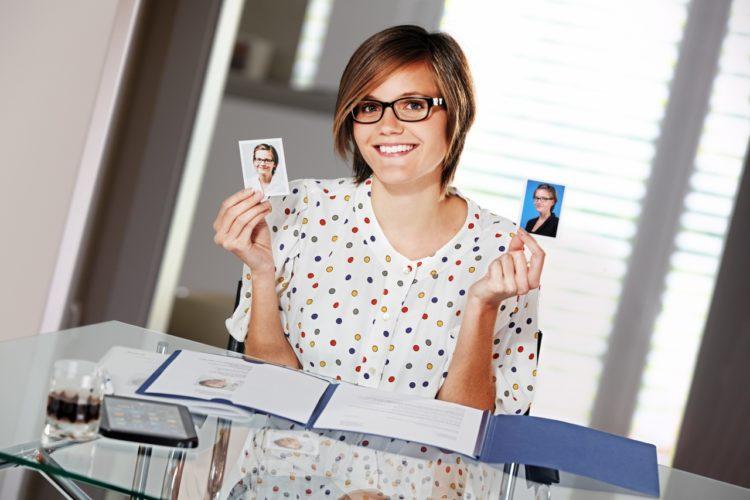 Junge Bewerberin bei der Fotoauswahl: Unsere Checkliste für dein gutes Bewerbungsfoto