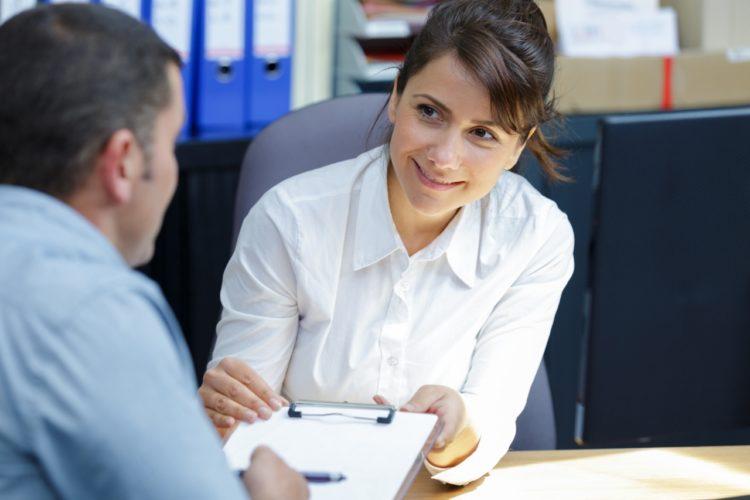 Weibliche Führungskraft: Führungskräfte haben auf dem aktuellen Arbeitsmarkt in Deutschland beste Karrierechancen.
