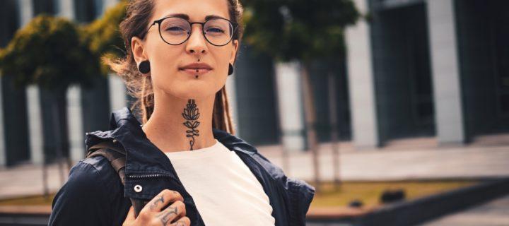 Tattoos, Piercings, Körperschmuck im Job – das solltest du wissen